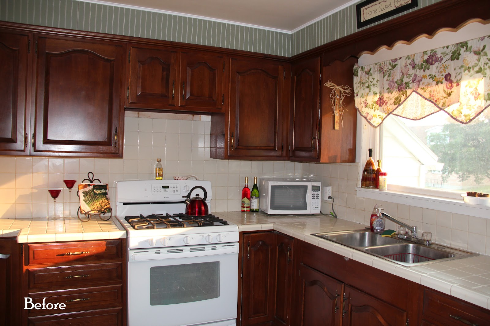 Dark kitchen cabinets and white appliances for Kitchen with white appliances and dark cabinets