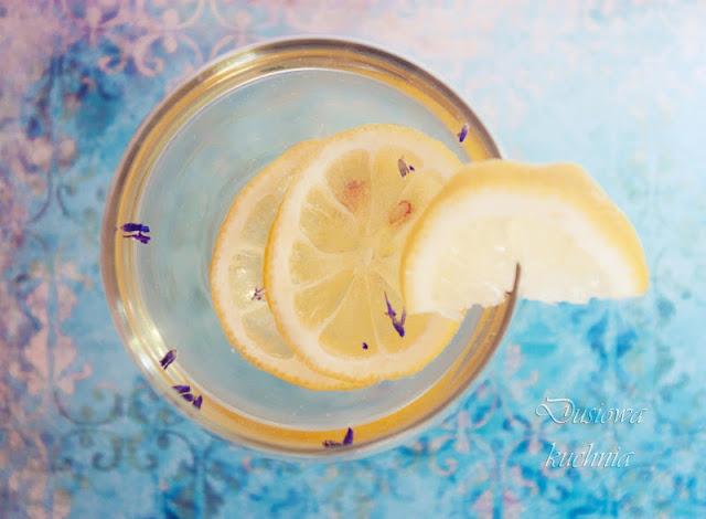 drink z lawendą, drink lawendowy, drink z cytryną i lawendą, przepis na drink z cytryną