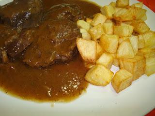 carrilleras de cerdo en salsa de vino tinto y patatas frítas