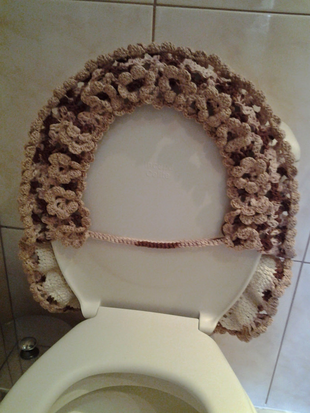 Tapetesa: Tapete jardineira bege de croche para banheiro #37261F 1200 1600