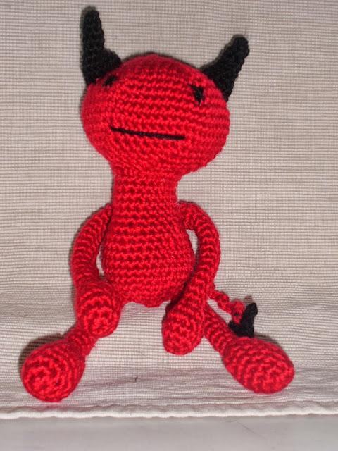 amigurumi-demonio-rojo-con-patrón