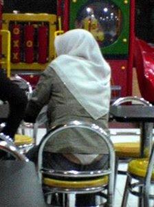 Kontroversi, Pakai Jilbab Tapi Baju Ketat dan Tidak Menutup Dada