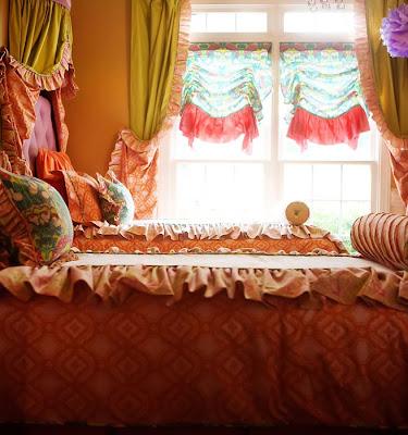 dormitorio decorado verde, púrpura y naranja