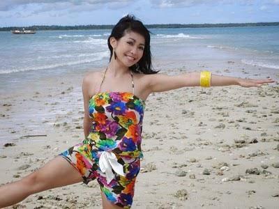 foto seksi Chef Marinka memakai bikini