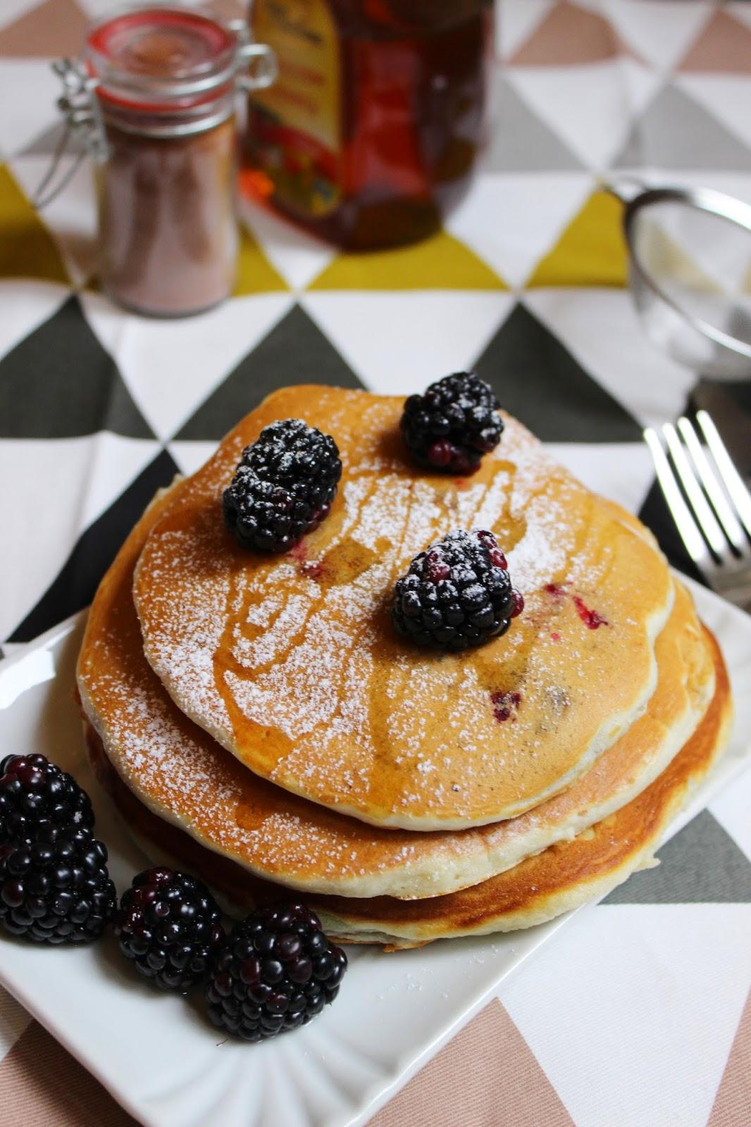 idee per la colazione delle feste: pancakes con more e cannella