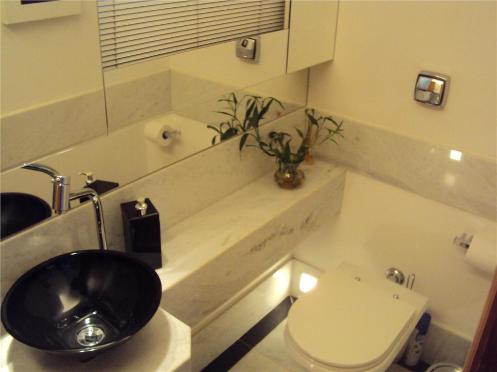 que num lavabo mais chic seria um otimo recurso de iluminacao indireta #A68E25 1024 768