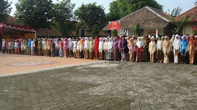"""Sabtu(27/4). Siswa-siswi yang berasal dari SMA Negeri 1 Simo menggelar berbagai kegiatan unik dan menarik di lapangan tengah sekolah yang diikuti oleh seluruh pelajar, bp/ibu guru serta karyawan dengan mengangkat Tema """" Pesona Jiwa Kartini """", dalam rangka memeriahkan Hari Kartini."""