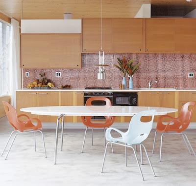 cocina con detalles color naranja sillas ceramica