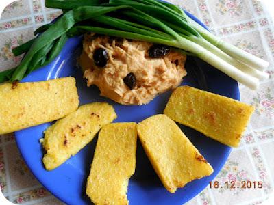 fasole batuta, cu mamaliga fripta si ceapa verde