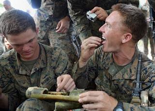 militares comiendo insectos para sobrevivir en la selva