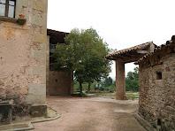 Interior del pati on veiem el segon portal i una galeria amb baranes de fusta