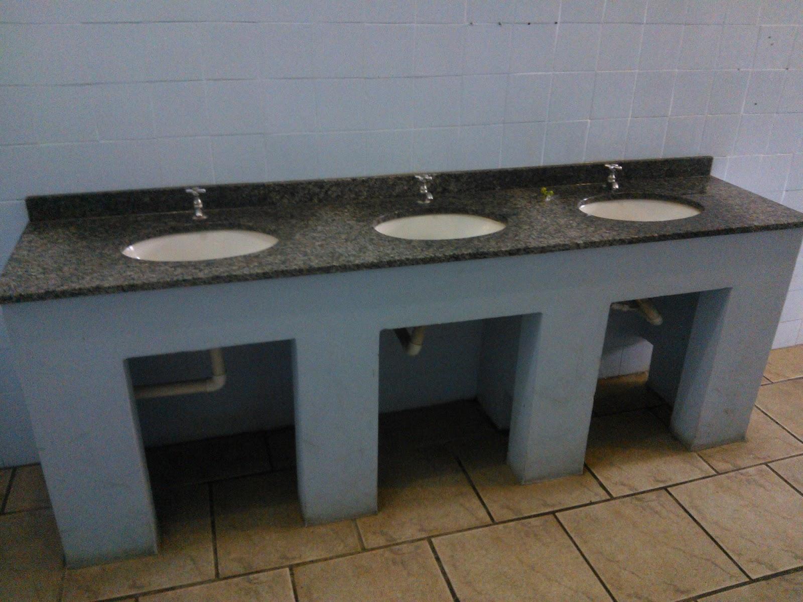 água desperdiçada na pai do banheiro masculino !!!: Fotos do Projeto #5F4E37 1600 1200