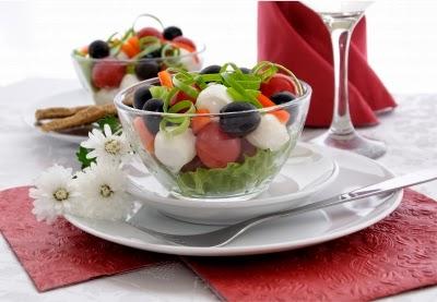 لإبطاء عملية الشيخوخة، يجب التمسك بعمل خطة لنظام غذائي صحي ومتوازن. يجب عليك التقليل من تناول الأطعمة السريعة والأغذية الجاهزة والمصنعة، لاحتوائها على الأملاح والمواد الحافظة