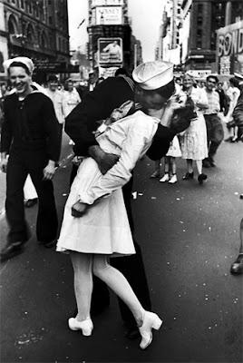 Fotografía tomada por Alfred Eisenstaedt en Times Square entre una enfermera y un marinero; festejando el triunfo de EEUU en la Segunda Guerra Mundial. Ella nunca supo quien fue él.