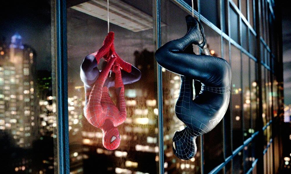 Cena do Filme Homem-Aranha 3 (2007) onde o herói, tomado pela simbiose, se vê no reflexo de uma janela de um edifício enquanto se dependura de cabeça para baixo em sua teia