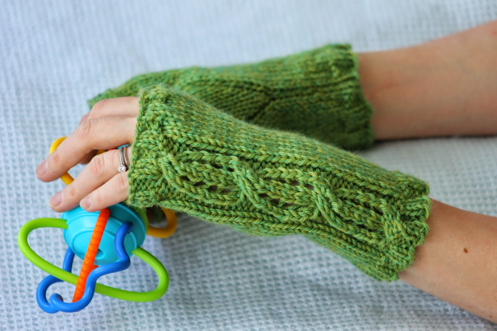 Knitting fingerless gloves in the round - Lace Cable Fingerless Gloves