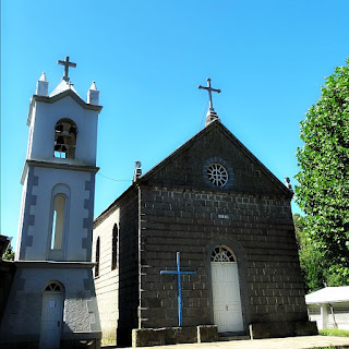 Igreja de São Luiz, São Marcos. Igreja de pedra com campanário à esquerda.