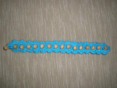 Pulsera realizada a crochet y cuentas de madera para el reto nº 37 estirada