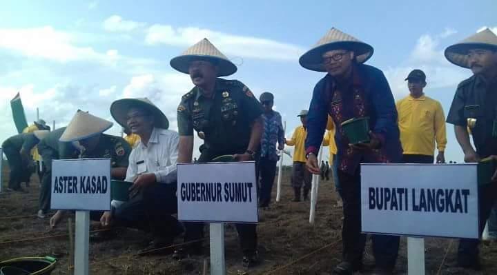 Aster TNI AD Bantu Koptan 20 Unit Traktor Serta Buka Kegiatan Tanam Jagung
