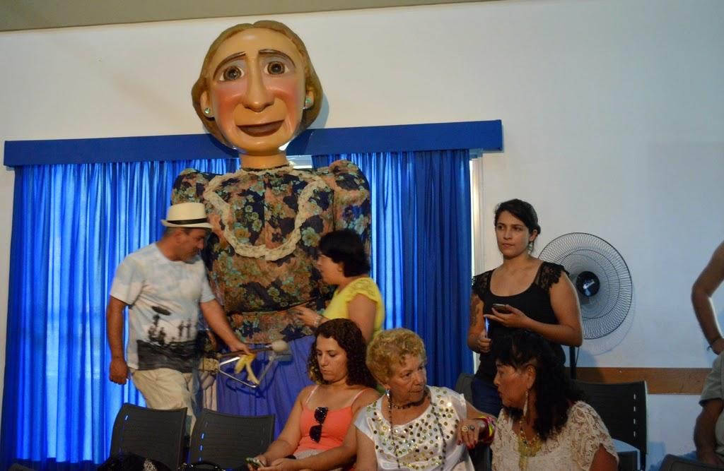 A boneca gigante que dá nome ao Bloco Dona Teresinha participou da festa