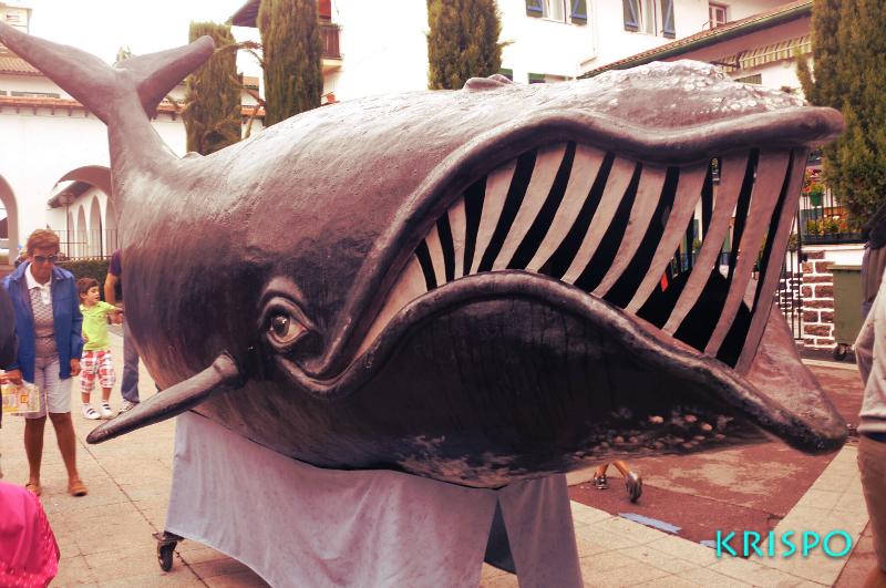 ballena de carton como cabezudo en hondarribia