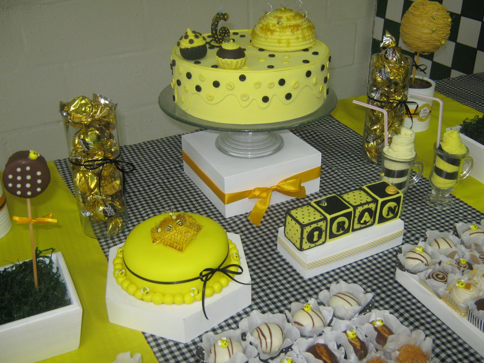 decoracao azul e amarelo para aniversario: amarelo e branco. Tudo que lembrava abelha e mel foram usadas na
