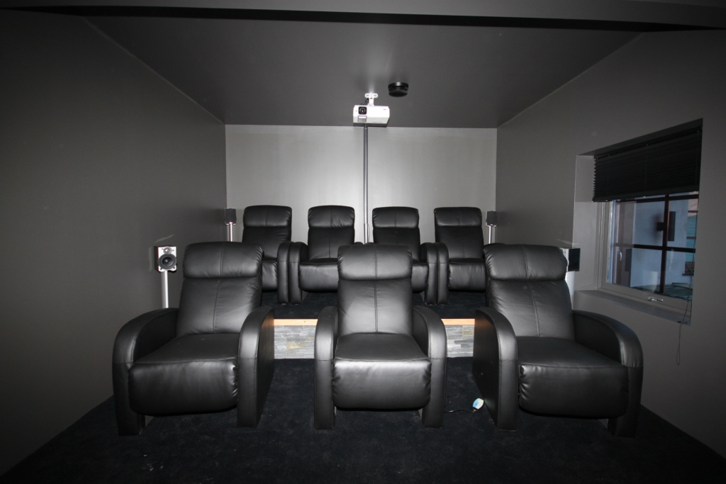 Vår byggeblogg: 16 april   kinorommet er ferdig og badet på loftet ...