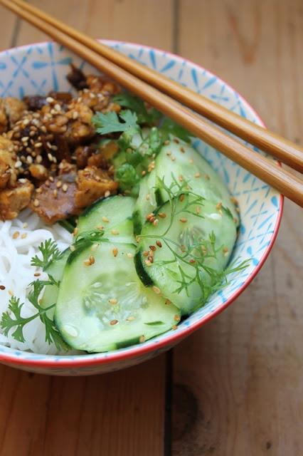 Fünf-Gewürze-Tofu mit Gurkensalat und Reisnudeln