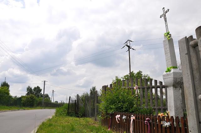 Rogów, ul. Podmiejska. Żeliwny krzyż na kamiennym słupie z 1847 r. Foto. KW.
