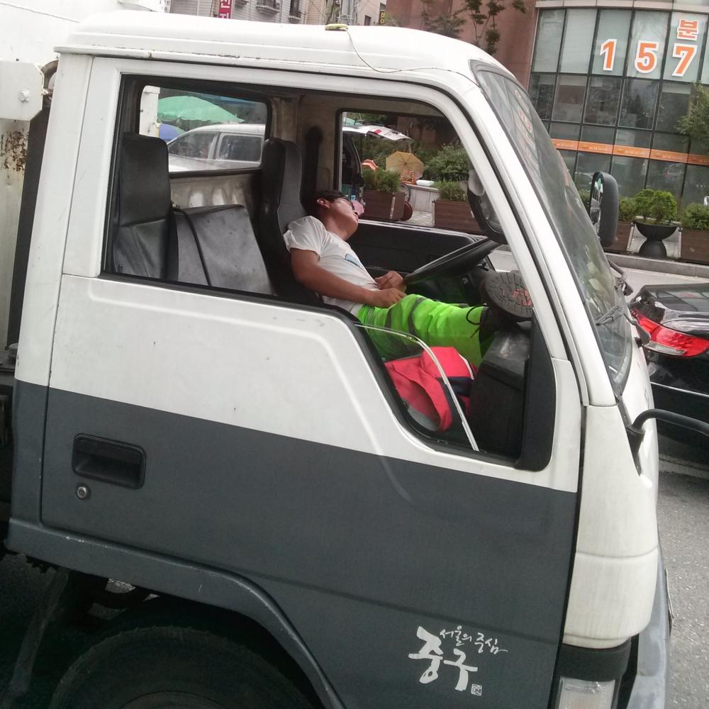 Trabajador coreano durmiendo en su camión