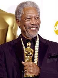Morgan Freeman recogiendo un Oscar
