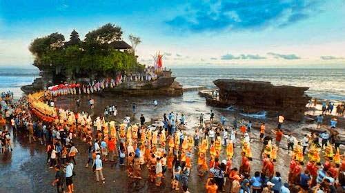 Upacara Piodalan Pura Tanah Lot Bali