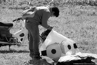 niño preparando globo de papel