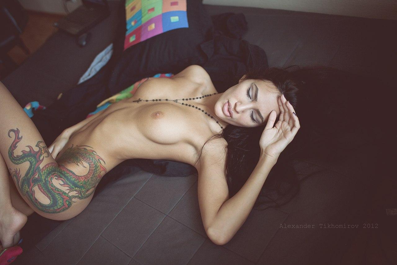 pornoaktrisa-s-tatuirovkoy-drakona