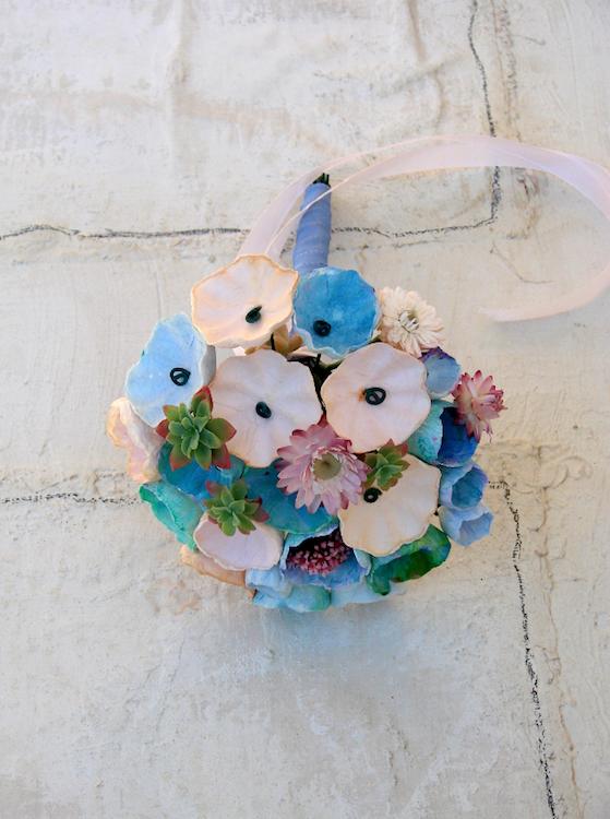 bouquet con fiori di carta, fiori secchi e freschi blu, azzurro, rosa, verde.