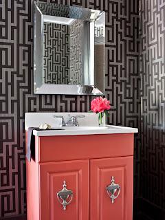 Lavabo com papel de parede geométrico