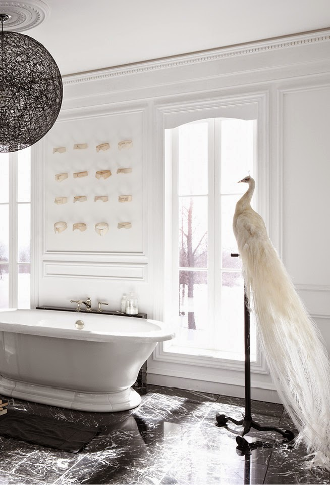 những vân đá granite đen tuyền, pha lẫn sắc trắng ngẫu hứng được chọn làm nền chủ đạo cho căn phòng.