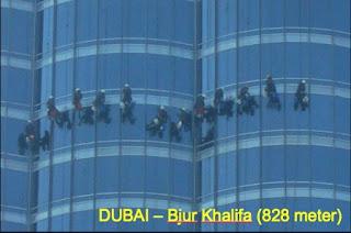 Het zal je baan maar wezen, aan een tuigje afdalen van het hoogste gebouw ter wereld om de ramen te lappen.