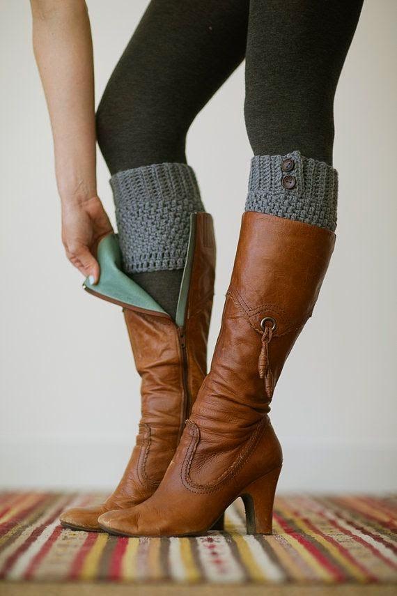 Polaina curta om motivos em cordas em tricot para usar com bota