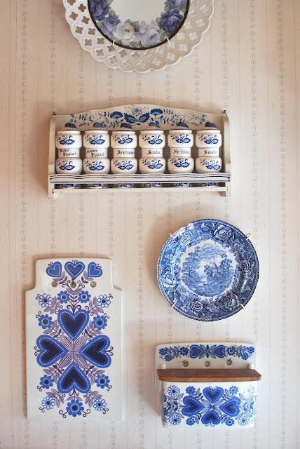 Muonamiehen mökki - Siniset posliiniastiat tuvan seinällä