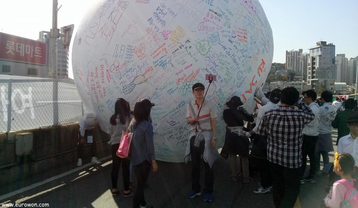 Coreano tomándose un selfie con un bastón extensible