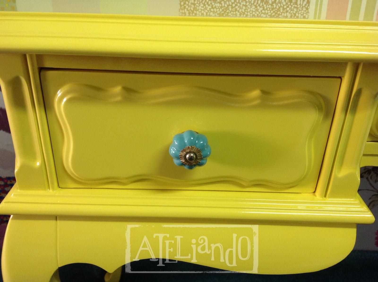 Customização de móveis antigos: Escrivaninha Antiga Yellow #B1AA1A 1600x1195