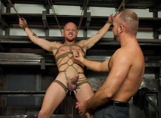 CMNM: hombre desnudo y atado