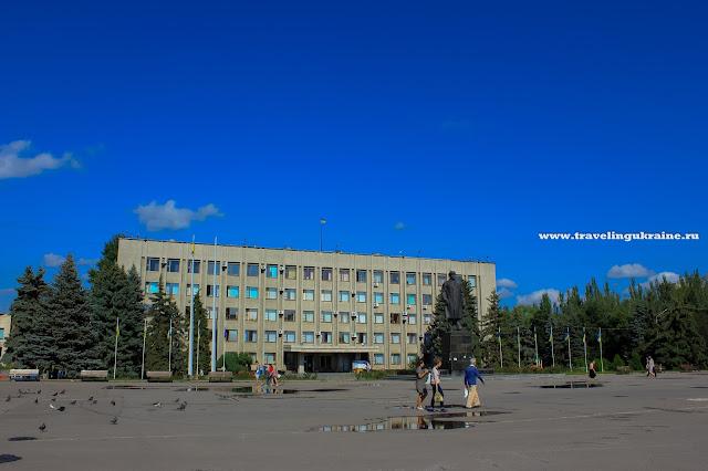 Главная площадь, Ленин еще стоит, лето 2014, Славянск