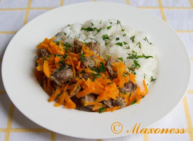 Куриные желудки с рисом и морковью на пару
