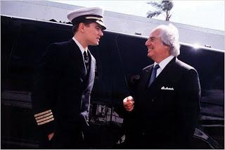 """Leonardo Di Caprio conversando durante el rodaje de la película """"Atrápame si puedes"""" con el verdadero  Frank Abagnale Jr"""