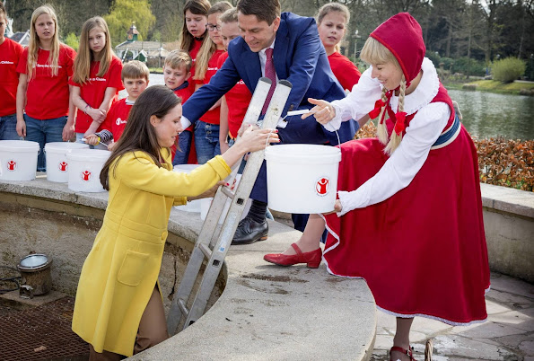 Princess Viktoria de Bourbon de Parme with children from Kinderboom school in theme park De Efteling in Kaatsheuvel, The Netherlands