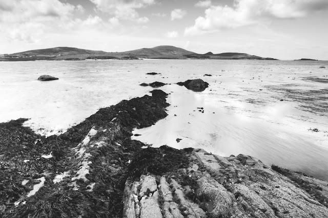 Schwarzweiß-Fotografie von Strand mit Meer in Irland, County Kerry