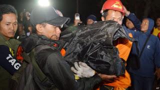 proses evakuasi korban tewas dalam kebakaran hutan di Gunung Lawu