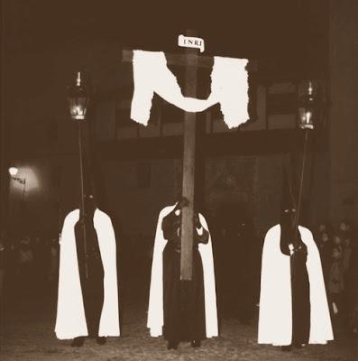 Cruz de guía (Crismón) y faroles de la Vera Cruz en la década de 1990. Portada revista Real cofradía del Santísimo Sacramento de Minerva y la Santa Vera Cruz. León. 1998.
